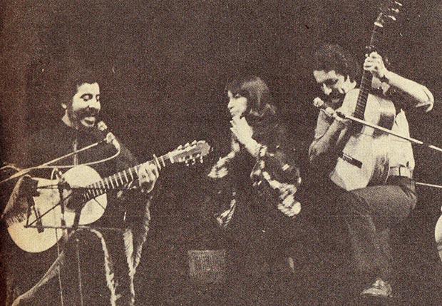 «Payo» Grondona (a la derecha) con Víctor Jara e Isabel Parra.