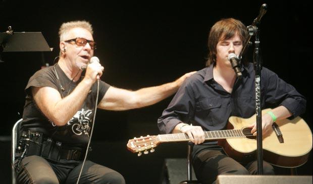 Leon Gieco presenta a Nahuel Pennisi. © Carlos Paul Amiune