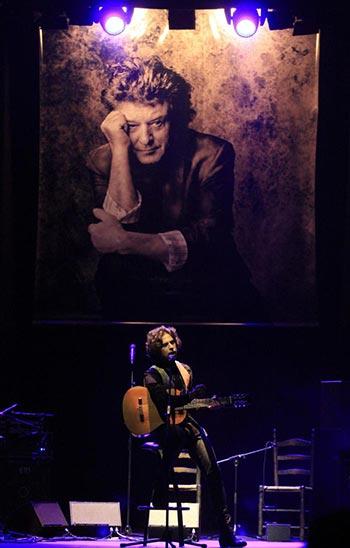 El guitarrista Kiki, hijo de Enrique Morente, durante el concierto que la familia del cantaor ha ofrecido en homenaje a su padre. © EFE