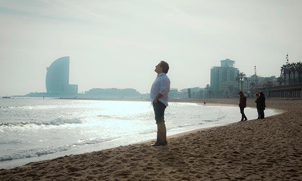 Alejandro Filio en la playa de la Barceloneta de Barcelona, lugar escogido para las fotos de su nuevo disco «Se trata de sentir». © Juan Miguel Morales
