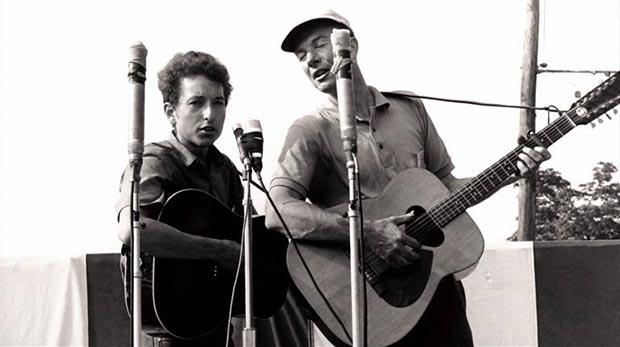 Pete Seeger con su aventajado alumno, un joven Bob Dylan.