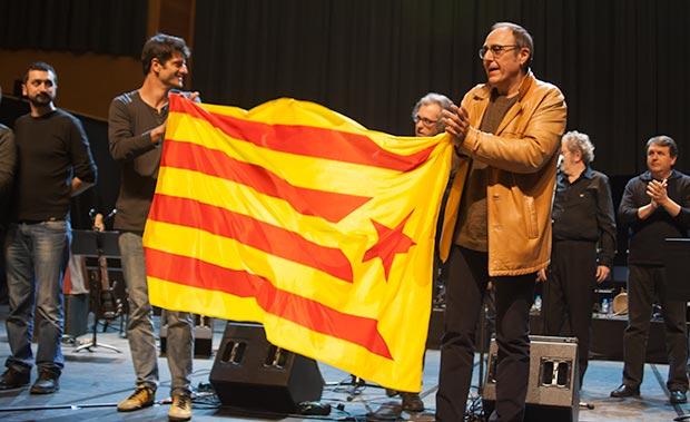 Pere Camps —director del festival BarnaSants— y el actor Joel Joan sostienen la «estelada», símbolo de independentismo catalán. © Xavier Pintanel