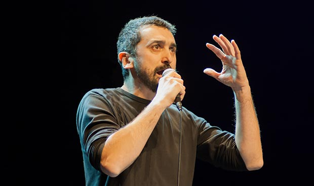 Feliu Ventura inició un bloque de tres canciones de Ovidi Montllor con «La fera ferotge». © Xavier Pintanel