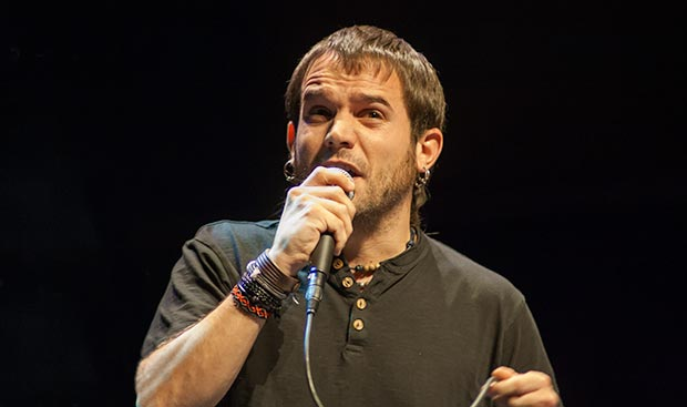Cesk Freixas interpretó la segunda canción de Ovidi Montllor, «La samarreta». © Xavier Pintanel