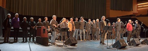 El concierto terminó con todos los artistas en el escenario cantando el «Tio Canya» de Al Tall como antesala de tres himnos: «La Balenguera», himno oficial de las Baleares cantado por Maria del Mar Bonet; «La Muixeranga», reivindicado como himno de Valencia por algunos sectores del país, interpretado extraordinariamente por Miquel Gironès con la «dolçaina»; y finalmente «Els Segadors», himno oficial de Cataluña, interpretado por La Nova Euterpe (en la foto). © Xavier Pintanel