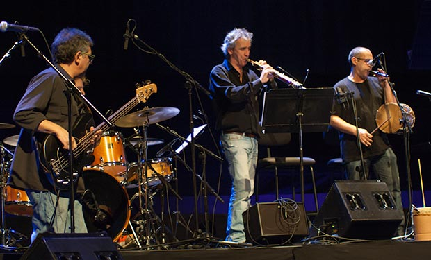 El grupo Mesclat, dirigido por Marcel Casellas (a la izquierda) sirvió de grupo de soporte para todo el concierto. © Xavier Pintanel