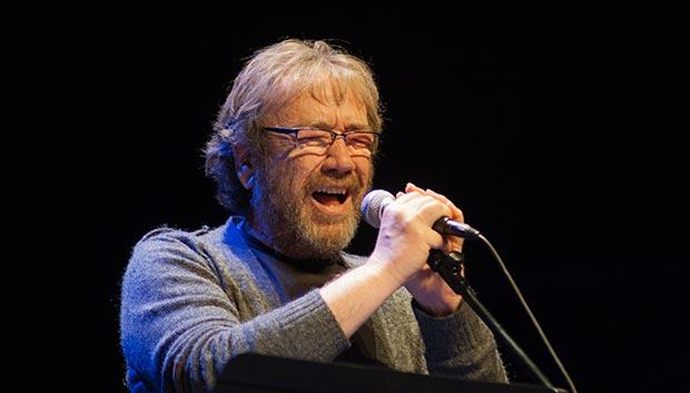 El valenciano Miquel Gil cantó «Decapitacions XII» un poema de Joan Oliver (Pere Quart) con música de Ramon Muntaner. © Xavier Pintanel