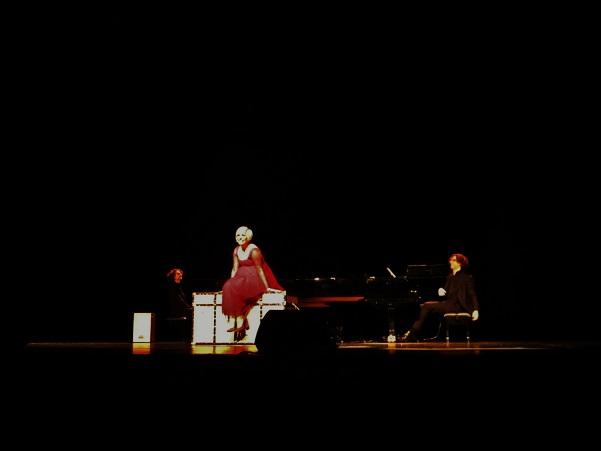 Pasión Vega canta sobre el baúl misterioso © Carles Gracia Escarp