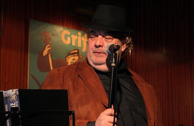 Llongue sin guitarra en las manos o la soledad del «crooner» ante el micrófono. © Miquel Simó Orenes