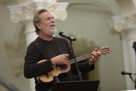 Iván Pérez Rossi homenajea a Simón Díaz. © AVN