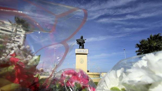Ramos de flores a los pies de la estatua de Paco de Lucía que preside la rotonda situada a la entrada de Algeciras ciudad natal del músico. © EFE