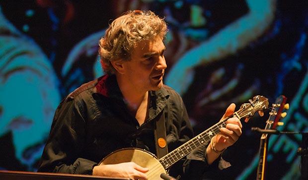Josep Traver a las guitarras y al banjo compartió los arreglos con Enric Colomer. © Xavier Pintanel