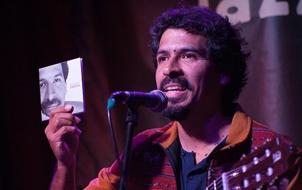 Gaddafi Núñez mostrando su nuevo CD «Certeza». © Xavier Pintanel
