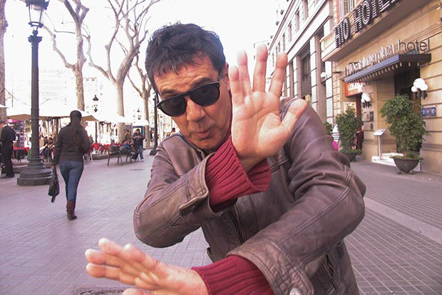 Aleix Creus, el «náufrago ilustrado» eludiendo a la prensa en la Plaza Cataluña de Barcelona. © Manel Gausachs