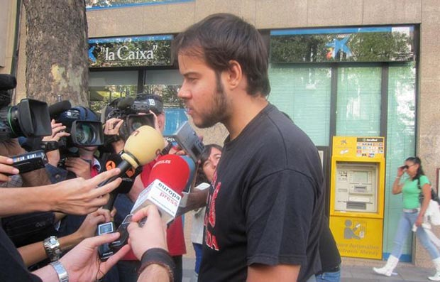 Pablo Hasél a la salida de los juzgados. © EP