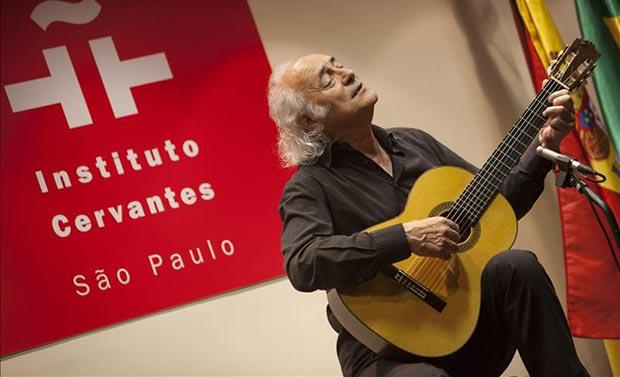 El cantautor español Amancio Prada interpreta su música durante un recital organizado por el Instituto Cervantes de Sao Paulo, en el marco de la gira «Trovadores, místicos y románticos», una serie de recitales interpretados por Prada que recorre las sedes de los Institutos Cervantes de Brasil durante el mes de abril. © EFE