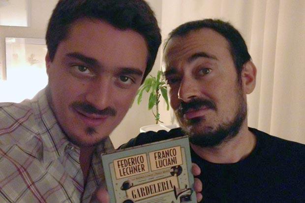 Franco Luciani y Federico Lechner sostienen un ejemplar de «Gardelería».