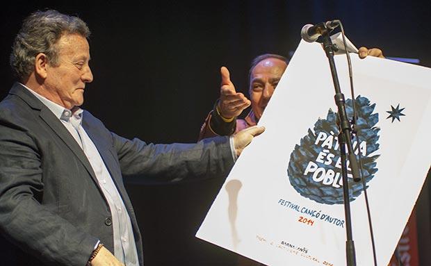 Fernando González Lucini recibe de manos de Pere Camps, director del festival BarnaSants el Premio al activismo cultural. © Xavier Pintanel