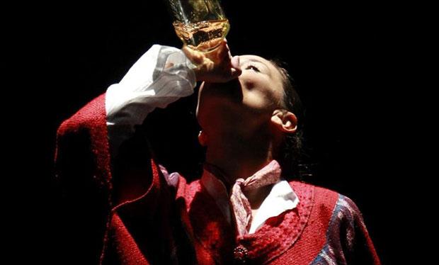Fotografía tomada el pasado 27 de agosto en la que se registró a la bailaora gaditana Cecilia Gómez, durante un momento del espectáculo «Cupaima. Homenaje a Chavela Vargas». © EFE