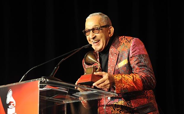 Juan Formell recibiendo el Grammy Latino a la Excelencia en 2013. © Rodrigo Varela/WireImage.com