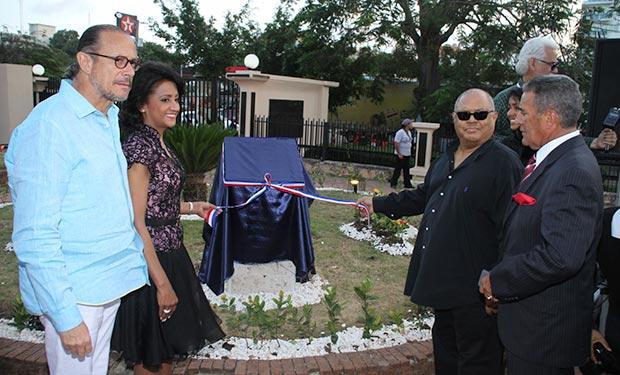 El ministro de Cultura, José Antonio Rodríguez; la primera dama, Cándida Montilla de Medina; y Pablo Milanés inauguran una plaza en honor a Sonia Silvestre recientemente fallecida.