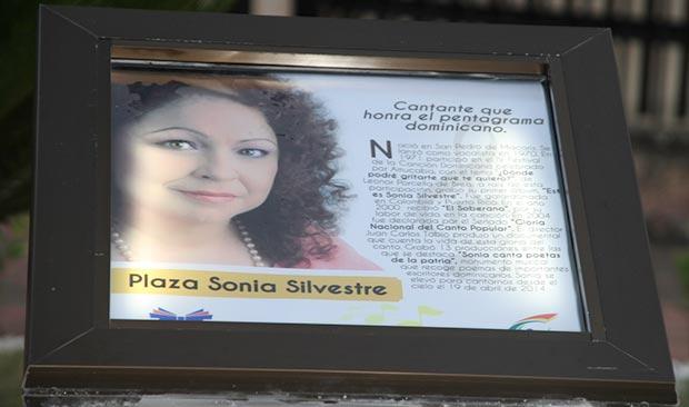 Placa descubierta en la nueva Plaza Sonia Silvestre.