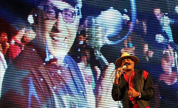 Pedrito Calvo, exintegrante del grupo musical cubano Los Van Van, canta en un concierto en homenaje al fallecido músico Juan Formell, fundador y director de la popular orquesta, en La Habana (Cuba). © EFE