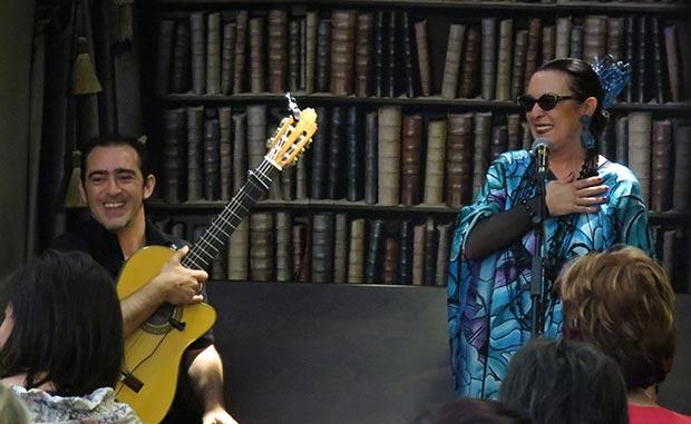 Martirio y Raúl Rodríguez con Chavela Vargas en «Música entre libros» © José Luis Martínez