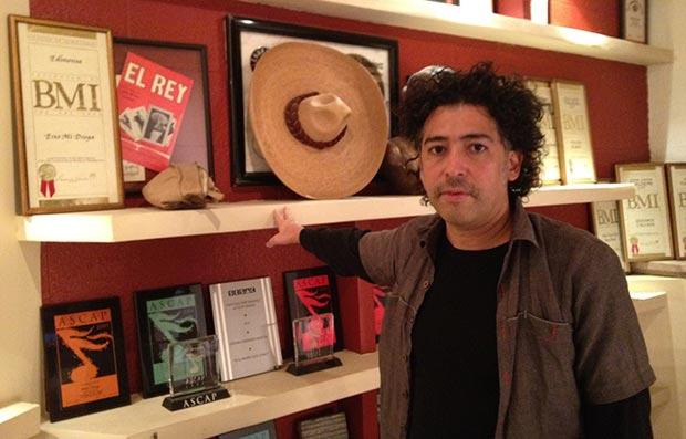 Manuel Garcia ante el sombrero de José Alfredo Jiménez. © Facebook