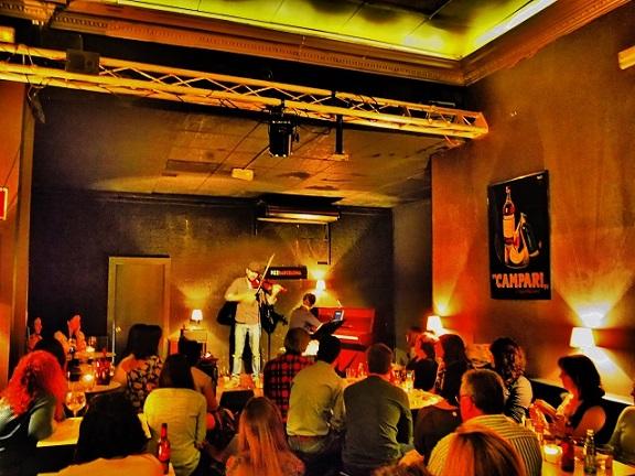 Marino Sáiz cantando en la Sala Fizz en Barcelona © Carles Gracia Escarp