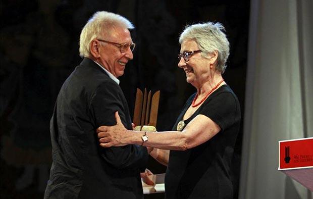 Muriel Casals, presidenta de Òmnium Cultural, entrega a Raimon el Premio de Honor de las Letras Catalanas. © EFE