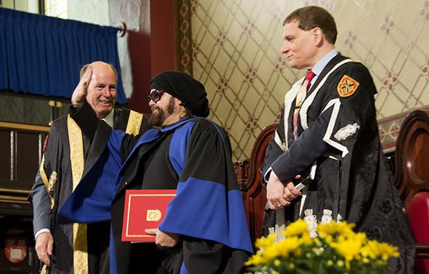 Carlos Varela recibe el Doctorado Honoris Causa por la Universidad de Queen.