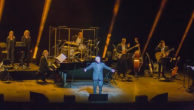 Charles Aznavour con su banda en el Gran Teatre del Liceu de Barcelona. © Xavier Pintanel