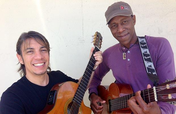 El trovador cubano Tony Ávila, a la derecha, junto a Juan José «Juanchi» Hernández con quien iba a presentarse este jueves en San Juan, Puerto Rico. © Jorge Muñiz/EFE