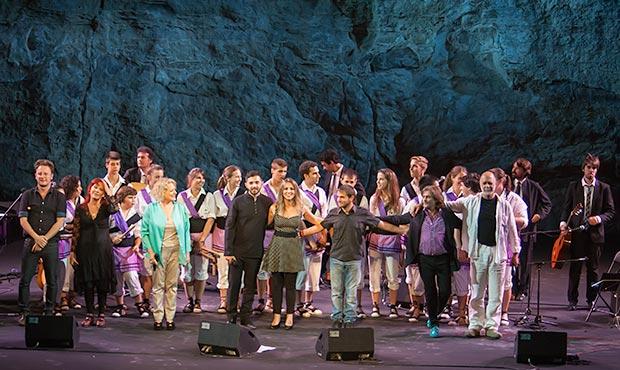 Marina Rossell con sus músicos y todos sus invitados. © Xavier Pintanel