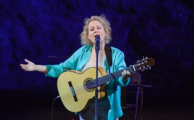 Marina Rossell en los bises cantando «La gavina» © Xavier Pintanel
