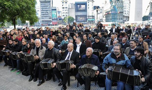 Medio centenar de músicos reunidos en un «bandoneonazo» en el Obelisco de Buenos Aires. © La Penna Tito/Télam