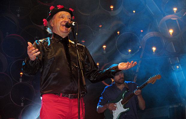 Jaume Sisa cantando lo que no pudo cantar en 1975 junto a sus admirados Manel. © Manel Gausachs