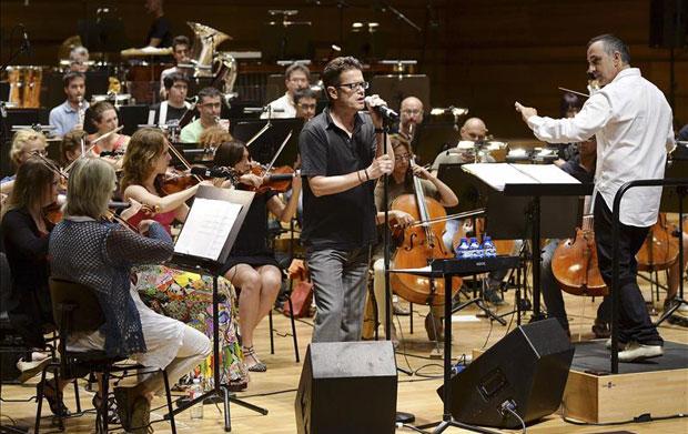El músico Santiago Auserón durante el ensayo con la OSCyL previo al concierto «Vagamundo» que ofrecerán hoy en el Auditorio Miguel Delibes de Valladolid. © EFE