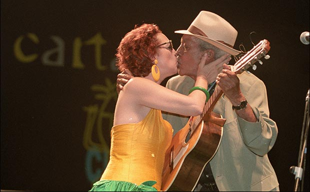 Martirio besa a Compay Segundo en la edición de 1998 del festival La Mar de Músicas. © Carlos Gallego