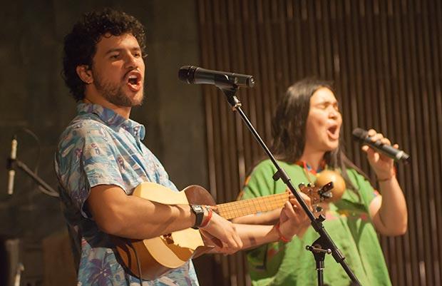 José Alejandro Delgado con la cantante costaricense Rosa Sánchez en uno de los conciertos de la gira «Venezuela Sonora». © Xavier Pintanel