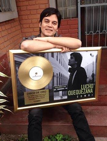 Lucho Quequezana con su disco de oro por su álbum «Combi».