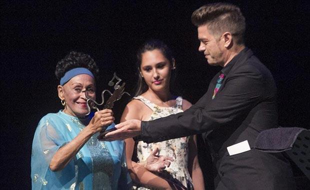 Omara Portuondo recibió el premio de manos de Santiago Auserón. © EFE