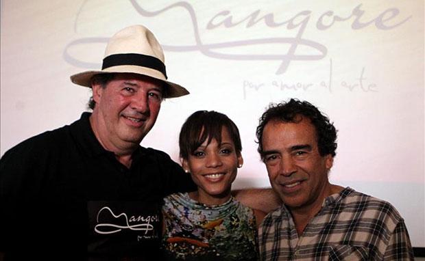 El director chileno Luis Vera (izquierda) posa con los actores Damián Alcázar de México, y Aparecida Petrowky de Brasil, durante una rueda de prensa en Asunción (Paraguay). © EFE