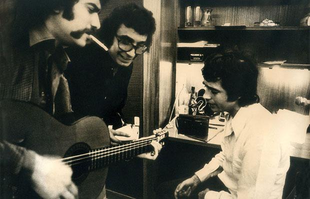 Toni Valentí, en el centro, con Joan Manuel Serrat en 1975.