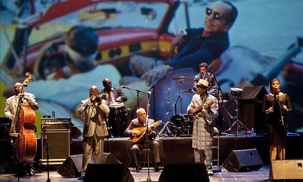 Integrantes de la banda cubana «Orquesta Buenavista Social Club», durante el concierto ofrecido esta noche en el Festival Castell de Peralada, en Girona (Cataluña).