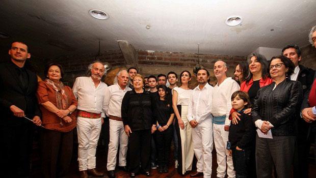 Los Jaivas con la presidenta de Chile Michelle Bachelet (quinta por la izquierda) y la ministra de Cultura Claudia Barattini (primera por la derecha). © Consejo Nacional de la Cultura y las Artes - Gobierno de Chile