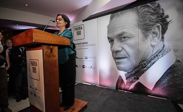 La ministra de Cultura chilena Claudia Barattini presentando los actos para conmemorar el 100 aniversario de Nicanor Parra. © Consejo Nacional de la Cultura y las Artes - Gobierno de Chile