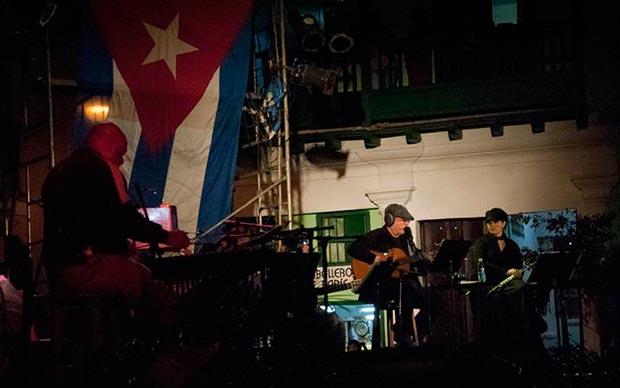 Silvio Rodríguez en un concierto por la barrios en La Habana. © Alexis Rodríguez