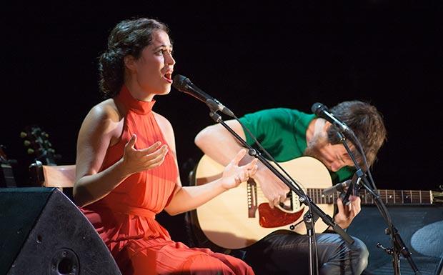 Sílvia Pérez Cruz y Raül Fernández «Refree» presentaron en el Teatre Jardí su disco «Granada» con todas las entradas vendidas semanas antes. © Xavier Pintanel